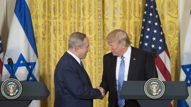 Trump and Bibi shaking hands at podium