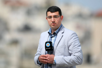 Mamdouh Hamamreh holding a microphone