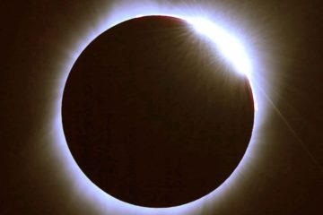moon covering sun in total eclipse